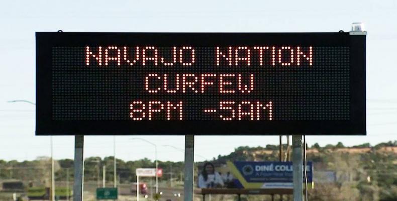 El cartel informa sobre el toque de queda en la Nación Navajo. Foto / Democracy Now.