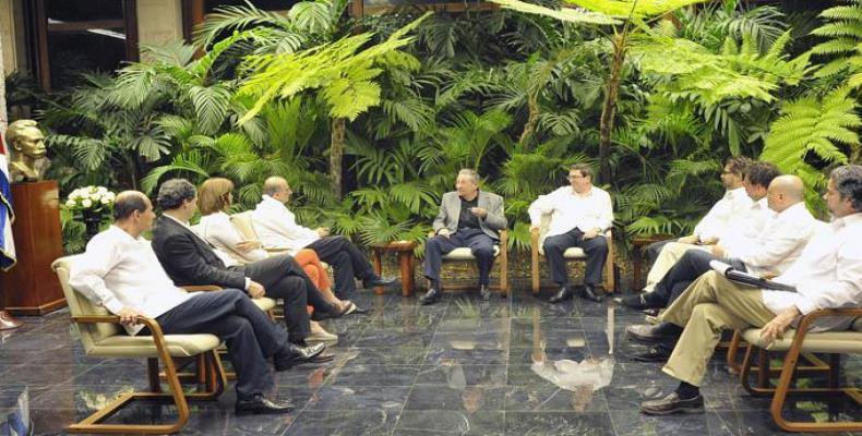 Raúl Castro y las dos delegaciones colombianas