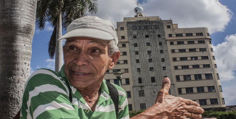 Ramón Osoria junto al edificio masónico. Foto: René Pérez Massola