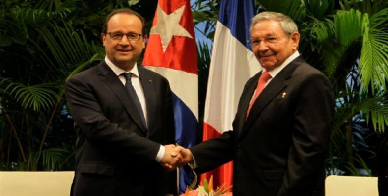 El Presidente de Cuba Raúl Castro (D) recibió en La Habana a su par francés François Hollande (I), en mayo de 2015.