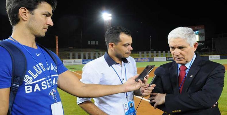 Juan Francisco Puello con periodistas cubanos. Foto: PL