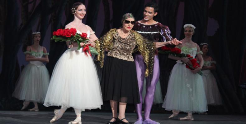 Alicia Alonso junto a los bailarines del BNC en el Festival Artes de Cuba. Foto/PL