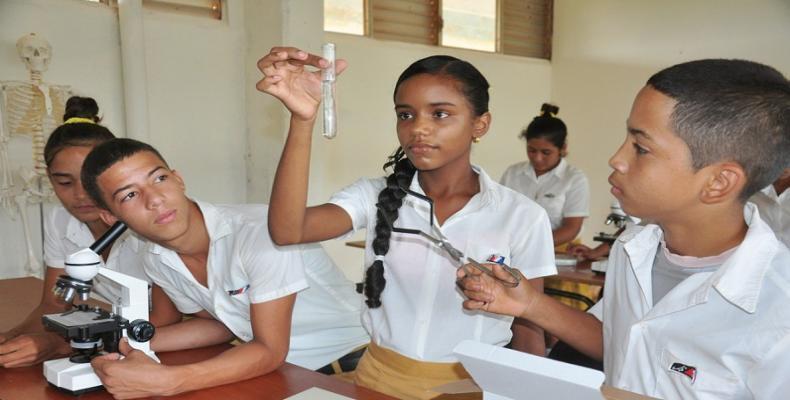 Estudiantes de secundaria en Cuba