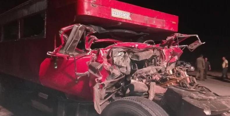 Los especialistas del Ministerio de Interior realizan las pesquisas pertinentes para determinar las causas de este accidente. Fotos: escambray.cu