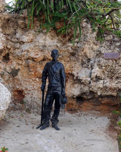 Estatua que perpetúa la presencia del joven José Martí en las antiguas canteras de San Lázaro. Foto tomada de www.cnpc.cult.cu