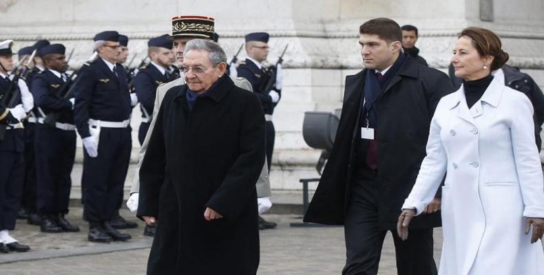Raúl Castro durante una ceremonia en la Tumba del Soldado Desconocido en el Arco del Triunfo en París. (EFE)