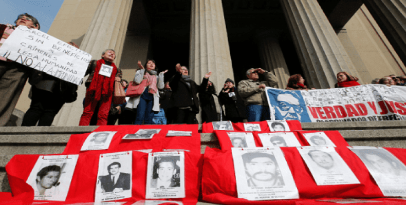 Human rights activists protest against a ruling granting parole to agents of the Chilean dictatorship.  Photo: Reuters