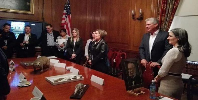 El estadista departe con la delegación cubana que lo acompaña y con los especialistas de la institución. Foto: Arleen Rodríguez Derivet
