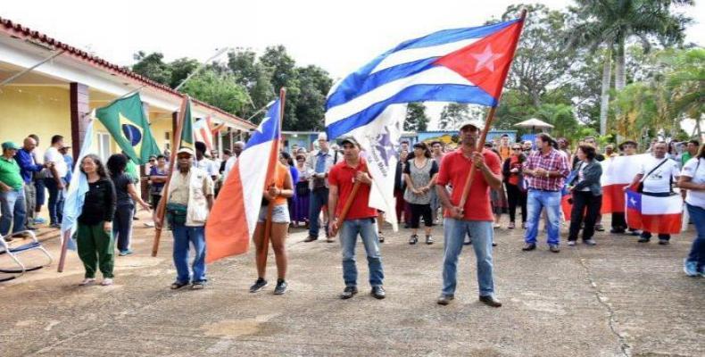 Ya es tradición que amigos de Cuba participen con el pueblo en los desfiles por el Primero de Mayo. (Foto: ACN)