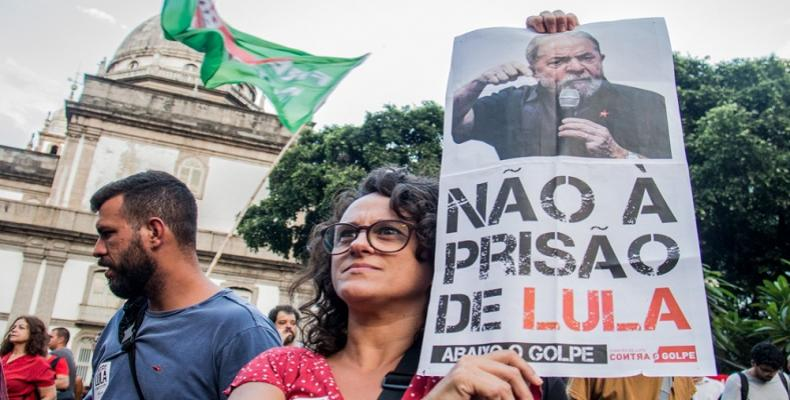 Protesters marched in Rio de Janeiro in support of the Lula da Silva.  Photo: Brasil de Fato