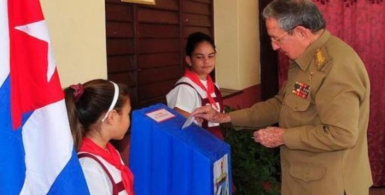 Raúl Castro en el momento de ejercer su derecho al voto en las elecciones de 2015.