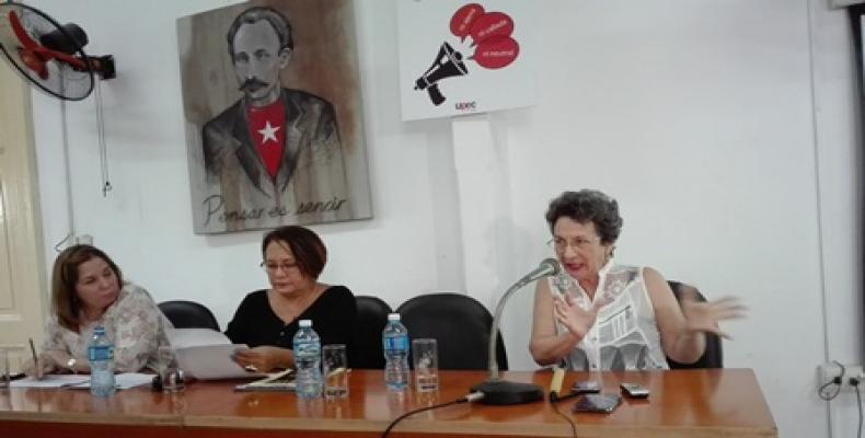 Presidieron el taller, Rosa Miriam Elizalde (I), Arleen Rodríguez Derivet (C) y Marta Prieto (D). Fotos: Marianela Samper