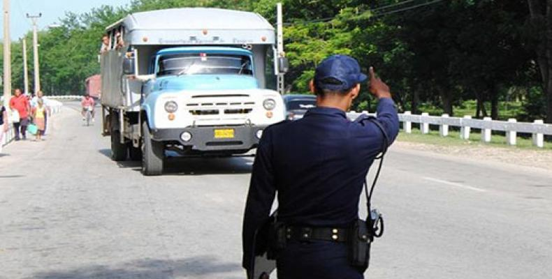 El hecho ocurrió a la entrada del poblado El Yunque, cuando un camión particular de transporte de pasajeros impactó contra otro de carga.Imágen:Archivo.