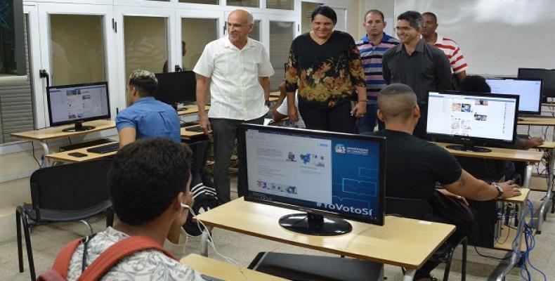 López Acea insistió en un adecuado aprovechamiento de la herramienta digital para facilitar la gestión gubernamental y la de los organismos. Fotos: ACN