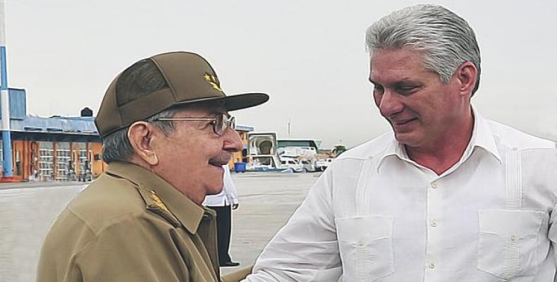 Raúl Castro bonvenigas la prezidenton Miguel Díaz-Canel