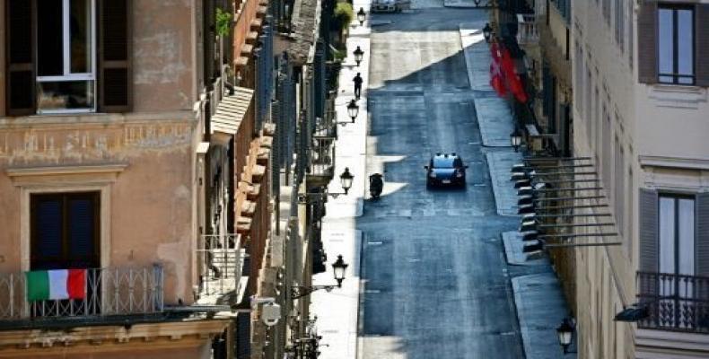 Un coche de la policía de Carabineros patrulla por una desierta Via dei Condotti, la famosa calle de tiendas de lujo de Roma, el 4 de abril de 2020 (AFP | Alber