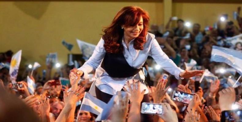 Cristina Fernández saludando a sus partidarios