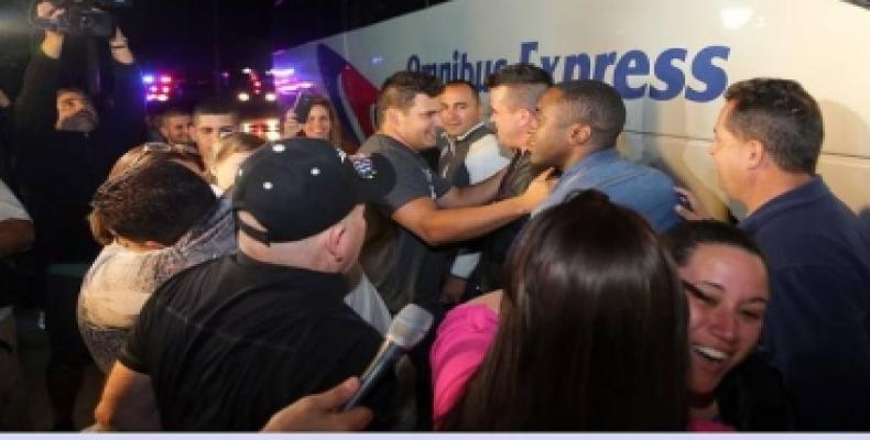 Migrantes cubanos procedentes de Costa Rica a su llegada a Miami. Foto: El Nuevo Herald
