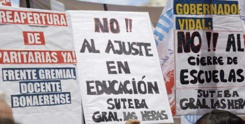 Protesters support Buenos Aires unions and a raise of 24 percent for teachers.   Photo: Suteba