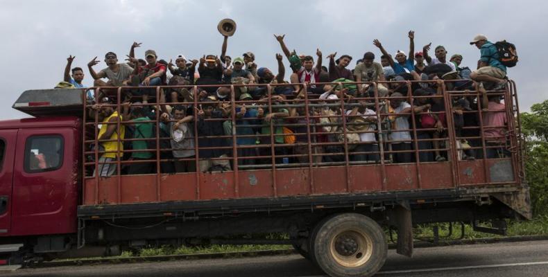 Migrantes centroamericanos subidos a un camión en el estado mexicano de Oaxaca. Foto/ La Vanguardia