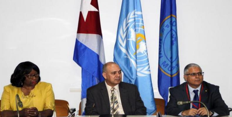 Carissa Etienne, junto a Roberto Morales (C) y Cristian Morales (D), en La Habana. Foto: Ariel Ley Royero/ACN