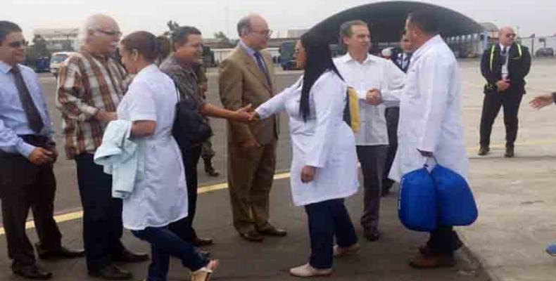 Les médecins cubains à leur arrivée au Pérou