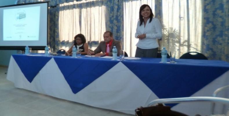 Conversa con el público María Machicado, representante de UNICEF en Cuba. A su lado el Viceministro de Justicia y la Coordinadora Nacional del Proyecto.