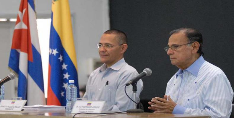 Ernesto Villegas y Alí Rodríguez Araque en Casa de las Américas.  Foto:  Diario Granma