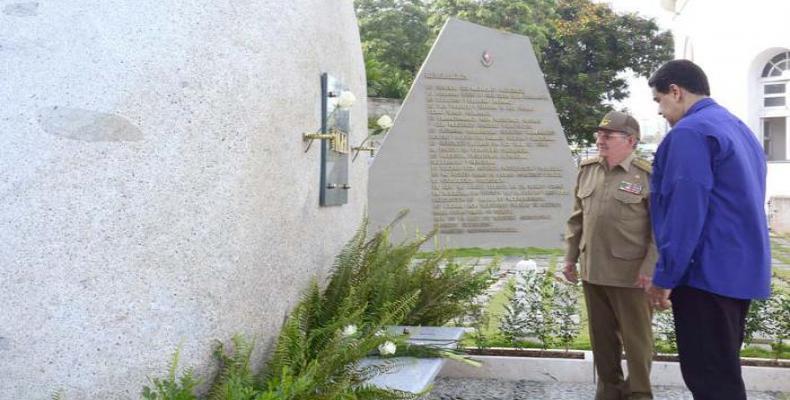 Raúl y Maduro frente a la piedra que guarda los restos de Fidel. Foto:  Estudio Revolución