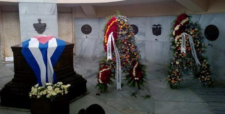 Encabezan ofrendas florales de Raúl Castro y Miguel Díaz-Canel homenaje a Martí en Santa Ifigenia. Foto:Francisco Sánchez Fujishiro/ Radio Reloj