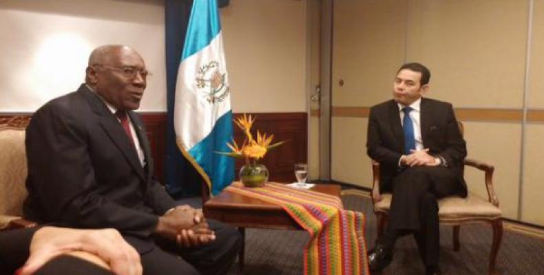 Salvador Valdés Mesa (I) dialoga con Jimmy Morales (D). Foto: EmbaCuba Guatemala