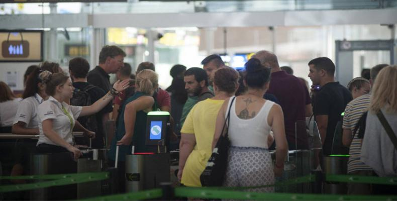 Cumplen tercer día de huelga vigilantes de aeropuerto de Barcelona .Foto: PL.