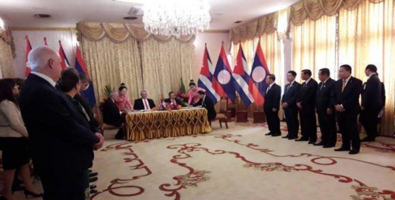 El presidente cubano y su homólogo de Laos asisten a la firma de acuerdos en materia de deporte, y entre el Banco Central de Cuba y el Banco de la República Dem