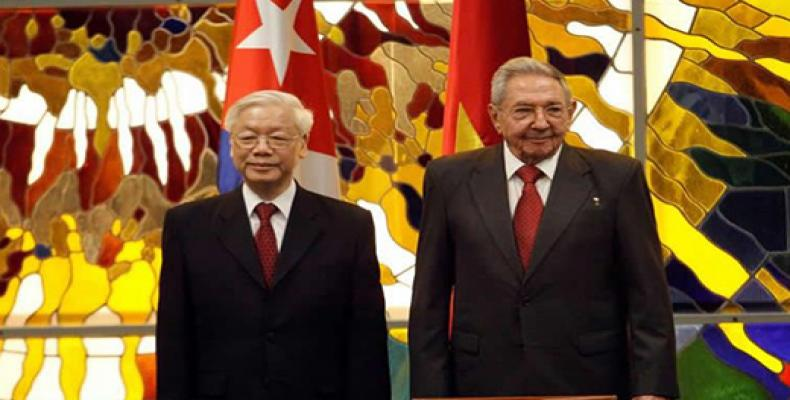 Cuban president Raul Castro Vietnam´s Communist Party leader Nguyen Phu Trong attend  signing ceremony of bilateral accords. Photo / EFE.