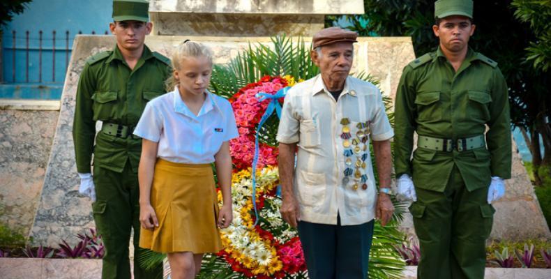 Al homenaje a los caídos asistieron combatientes, familiares, el pueblo en general, y autoridades del Partido y el Gobierno de la provincia. Fotos: J. P. Carrer