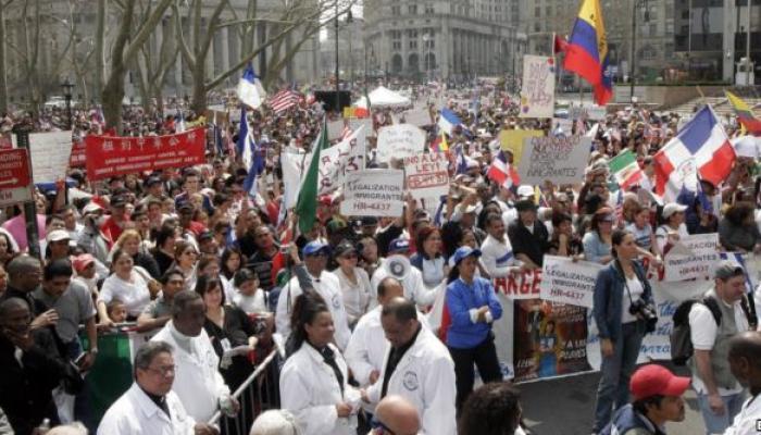 Organizaciones comunitarias de emigrantes preparan nuevas manifestaciones contra las redadas masivas