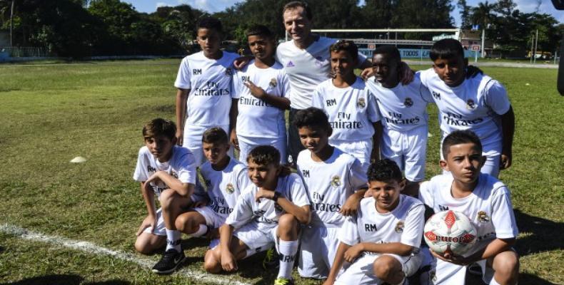 Emilio Butragueño entre niños cubanos. Foto tomada de Cubasí