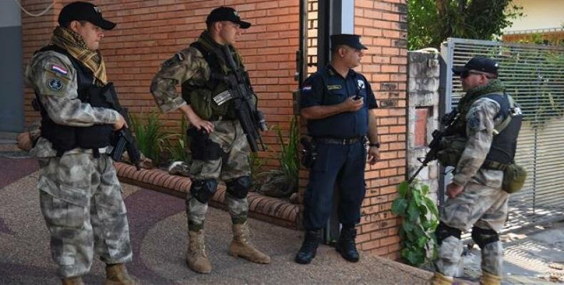 A police officer and soldiers stand guard at the public prosecutor's office in Asuncion, Brazil.  (Photo: AFP)