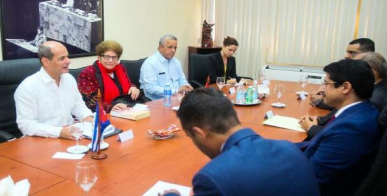 La parte cubana (I) recibe con satisfacción a los visitantes yemenitas (D). Foto: Cubaminrex