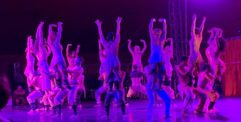 Escena de Carmina Burana, interpretada por el Circo Nacional de Venezuela y Cuba, la Orquesta Sinfónica Municipal de Caracas, el coro y orquesta del Teatro Líri