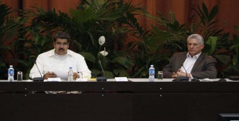 Maduro (I) junto a Díaz-Canel (D) en el Palacio de Convenciones de La Habana. Foto tomada de Radio Rebelde