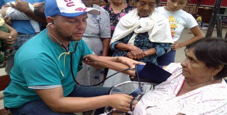 Los especialistas cubanos atendieron en el hospital de campaña a 972 contagiados o con síntomas de alarma de dengue. Foto: Archivo