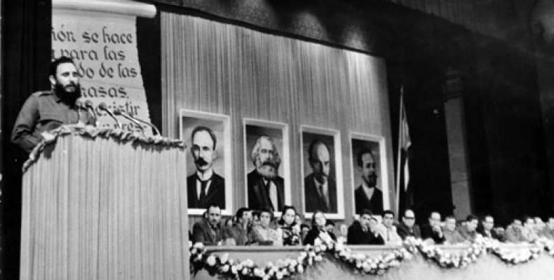 El Comandante e Jefe Fidel Castro presenta a los integrantes del Comité Central del Partido Comunista de Cuba, da lectura a la carta de despedida del Che, y anu