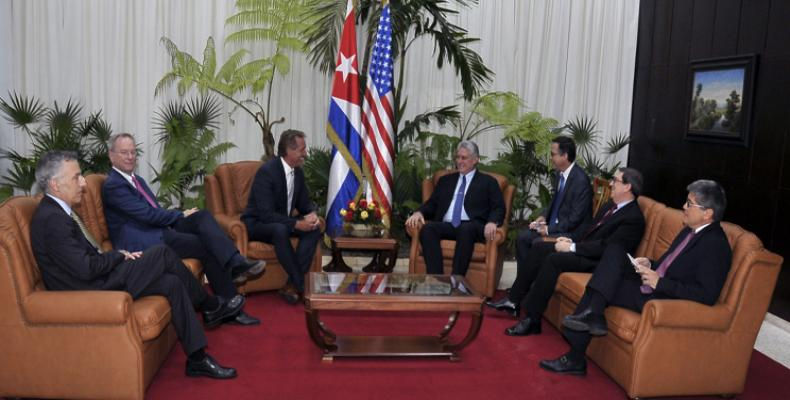 Cuban President Miguel Diaz-Canel meets with visiting U.S. Senator Jeff Flake and Executive Chair of Google, Eric Schmidt. Photo: PL