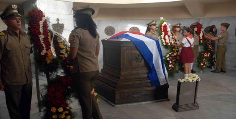 La joven generación de cubanos le rindió tributo al Héroe Nacional. Foto: Miguel Rubiera/ACN