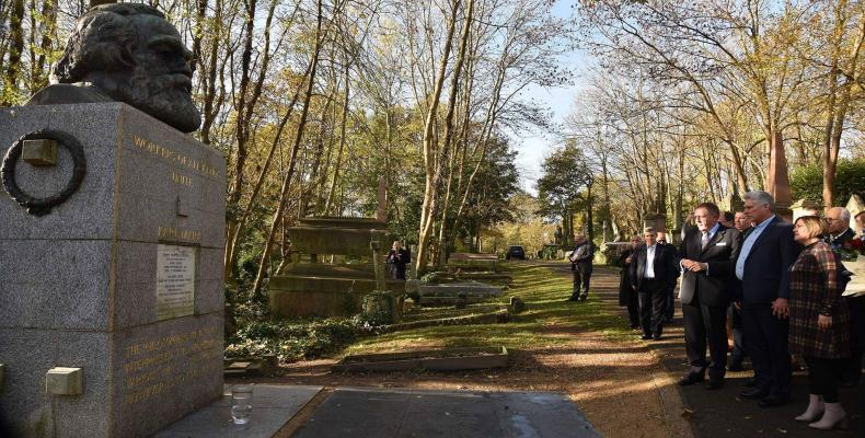 Cuban President Miguel Diaz-Canel paid tribute Wednesday to Karl Marx in Highgate Cemetery, in north London.Photo: Estudios Revolución