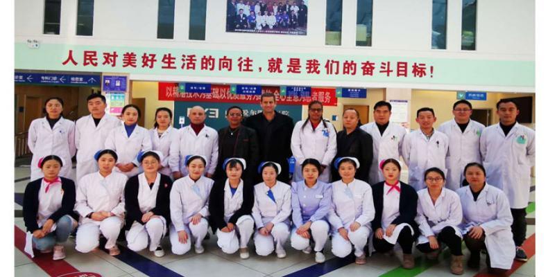 Médicos cubanos y chinos enfrentan al coronavirus.Foto:Prensa Latina
