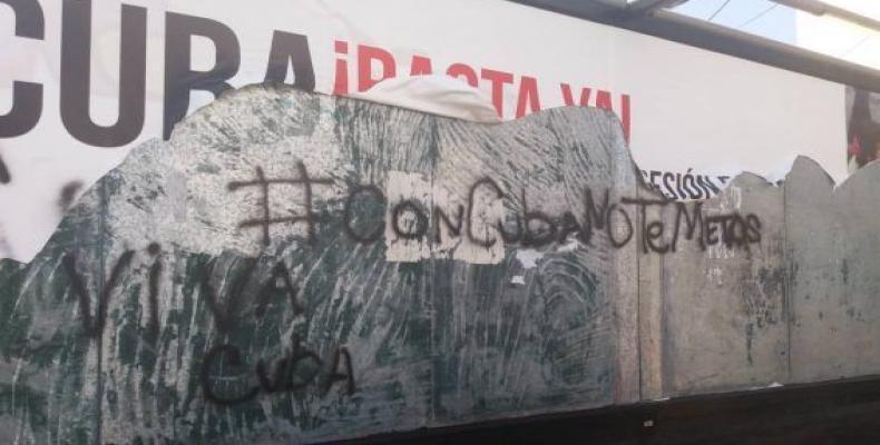 Valla insultante contra Cuba destruida por miembros del movimiento peruano de solidaridad.