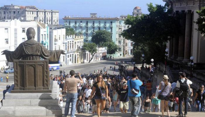 Students at the entrance of Havana University. File