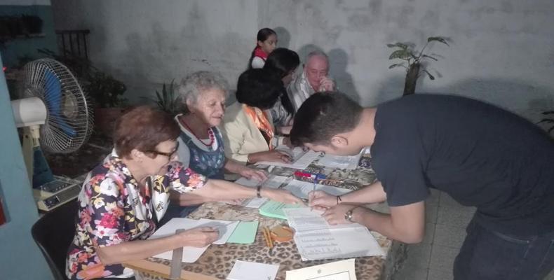 Ejerció su derecho al voto el presidente de la Federación Estudiantíl Universitara, Raúl Palmero. Foto: Roberto Bastidas